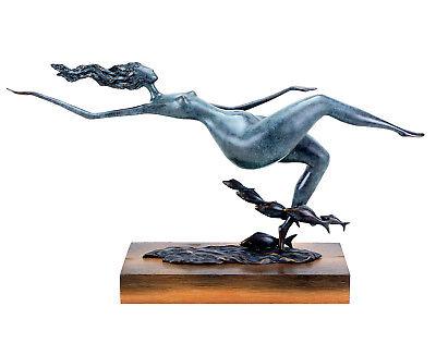 Floating Woman, Moderne Bronze Skulptur auf Bohle, limitiert - Martin Klein
