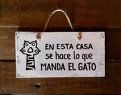 Cartel En casa se hace lo que manda el gato Madera decapada...