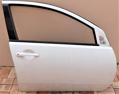 MITSUBISHI 380 WHITE DRIVERS DOOR & LH MIRROR