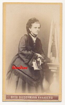 CDV: Hübsches, junges Mädchen mit Fotoalbum, feine Robe; Annaberg, um 1870