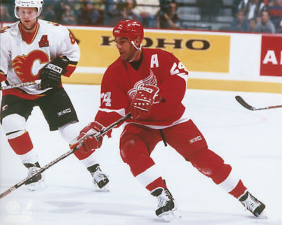 CHRIS CHELIOS DETROIT RED WINGS 8 X 10 PHOTO WITH ULTRA PRO TOPLOADER ()