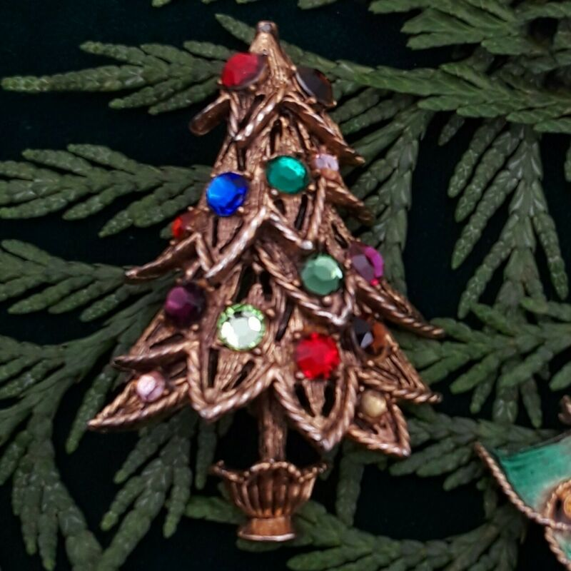 VINTAGE SIGNED HOLLYCRAFT  RHINESTONE CHRISTMAS TREE PIN BROOCH. Estate