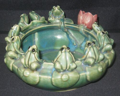 Majolica-like Pottery Lily Pad Bowl Circled by 10 Frogs Marked P307LF Excellent