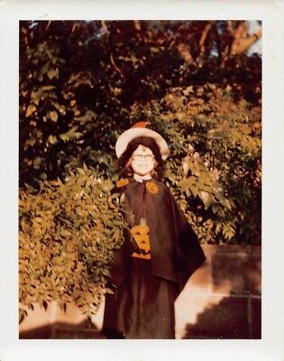 CUTE LITTLE GIRL w/ HOMEMADE HALLOWEEN WITCH & HAT COSTUME VTG 1970s PHOTO S99 - Homemade Halloween