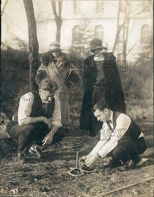 1924 Fashionable 1920s Men & Women Playing Horse Shoes Press Photo