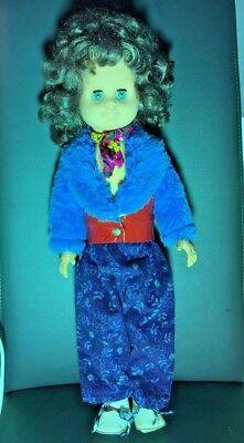 Standpuppe mit Kleidung aus den 70er Jahren, Kunstfelljacke, Neckholder-Latzhose