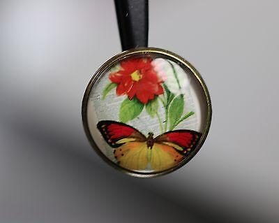 / Wunderschönes Glaskuppelknopf-Duo - Schmetterling mit Blüte - wohl ab 2010