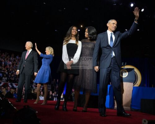 PRESIDENT BARACK OBAMA AFTER HIS FAREWELL SPEECH IN CHICAGO  8X10 PHOTO (DA-564)