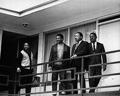MARTIN LUTHER KING, JR. ON THE BALCONY OF THE LORRAINE MOTEL 8X10 PHOTO (AB-520)