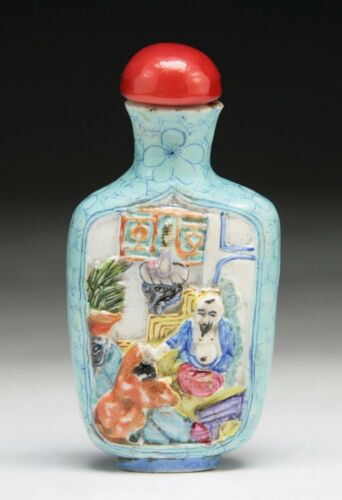 A CHINESE ANTIQUE PORCELAIN SNUFF BOTTLE