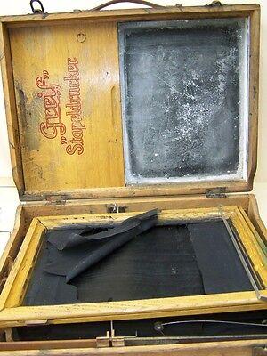 alter Stapeldrucker, Druckermaschine mit Farbwalze von Greif in Holzkiste, Deko