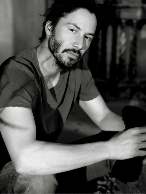 Keanu Reeves Posing For The Photo 8x10 Photo Print
