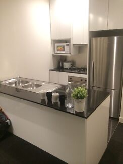 Roomshare available for girl 1 bed !!