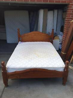Modern design 4 post wooden queen size with mattress , can delive