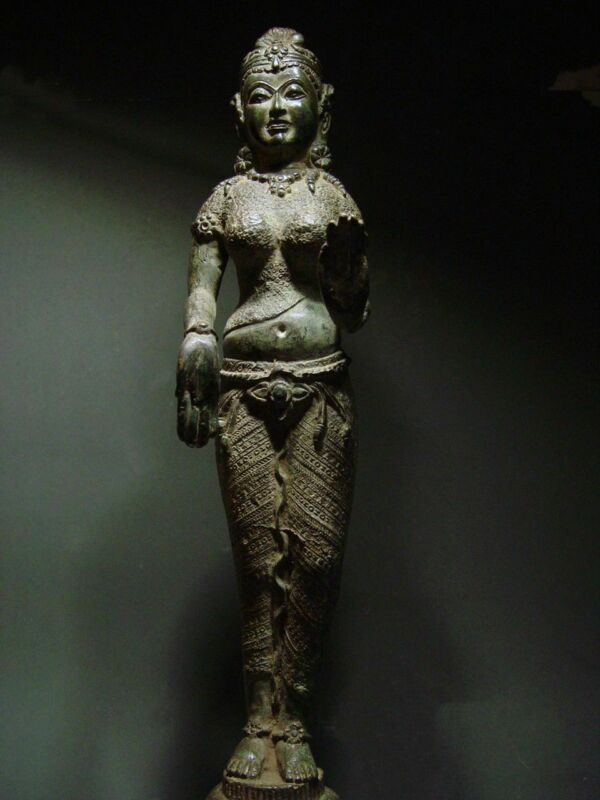 ANTIQUE BRONZE KHMER CELESTIAL HINDU GODDESS, PALA INFLUENCE. 19/20th C.