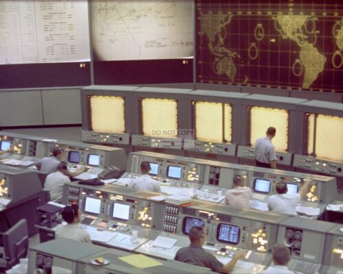 VIEW OF MISSION CONTROL OPERATIONS DURING GEMINI 5 - 8X10 NASA PHOTO (EP-261)