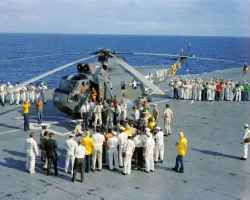 JIM LOVELL FRANK BORMAN ON USS WASP GEMINI 7 ASTRONAUTS 8X10 NASA PHOTO (FB-299)