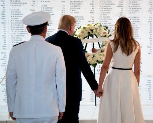 DONALD TRUMP & MELANIA VISIT THE USS ARIZONA MEMORIAL 2017 - 8X10 PHOTO (OP-476)