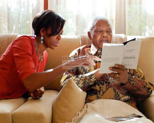 FIRST LADY MICHELLE OBAMA WITH NELSON MANDELA IN 2011 - 8X10 PHOTO (BB-635)