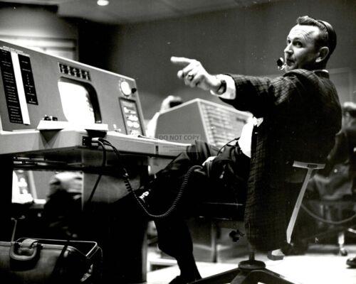 CHRIS KRAFT FLIGHT CONTROLLER IN MERCURY MISSION CONTROL - 8X10 PHOTO (EP-191)