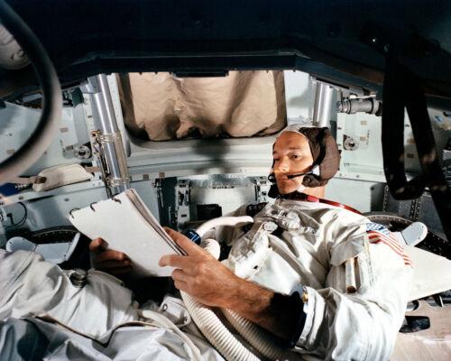 MICHAEL COLLINS IN COMMAND MODULE SIMULATOR AT KSC - 8X10 NASA PHOTO (CC-164)