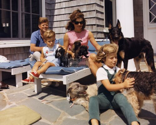 JOHN F. KENNEDY & FAMILY AT HYANNIS PORT IN AUGUST 1963 - 8X10 PHOTO (EP-914)