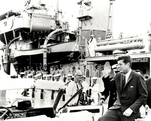 JOHN F. KENNEDY NEXT TO THE U.S.S. SAUFLEY IN 1962 - 8X10 PHOTO (ZY-132)