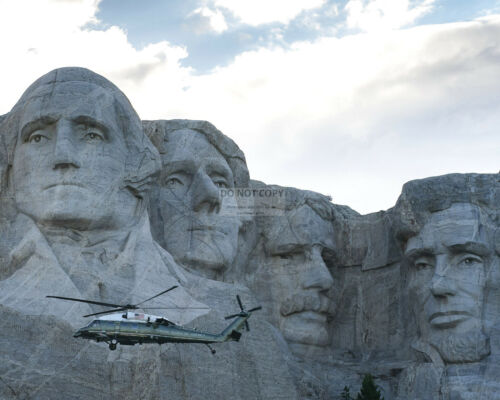 DONALD TRUMP ABOARD MARINE ONE IN FRONT OF MOUNT RUSHMORE - 8X10 PHOTO (AB-666)