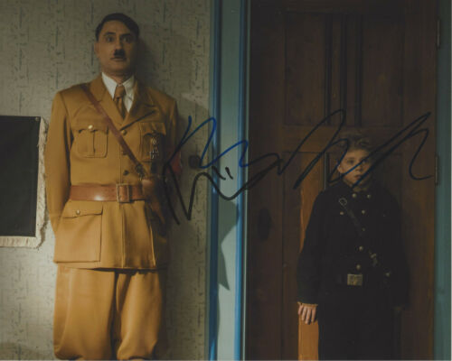 TAIKA WAITITI & ROMAN GRIFFIN DAVIS SIGNED 'JOJO RABBIT' 8x10 PHOTO A COA PROOF