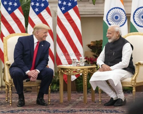 PRESIDENT DONALD TRUMP WITH INDIA PRIME MINSTER IN 2020 - 8X10 PHOTO (BT295)