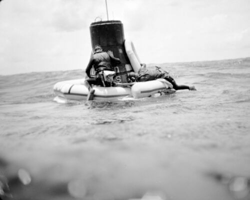 NAVY DIVERS ATTACH FLOAT COLLAR TO FAITH 7 FOR RECOVERY - 8X10 PHOTO (AA-527)