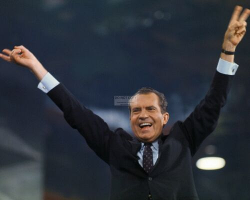 "RICHARD NIXON HOLDING HIS ARMS UP IN ""V FOR VICTORY"" - 8X10 PHOTO (OP-264)"