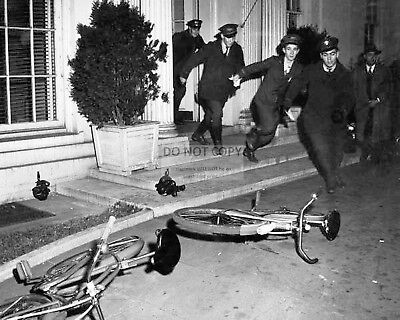 WESTERN UNION MESSENGERS RACE FROM WHITE HOUSE DEC 7 1941 - 8X10 PHOTO (AA-855)