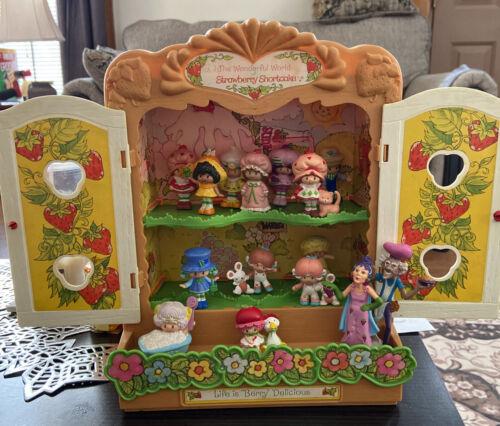 Vintage 1981 The Wonderful World Of Strawberry Shortcake Cabinet House 15 Figs - $42.00