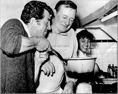 DEAN MARTIN & JOHN WAYNE IN THE KITCHEN - 8X10 PUBLICITY PHOTO (CC619)