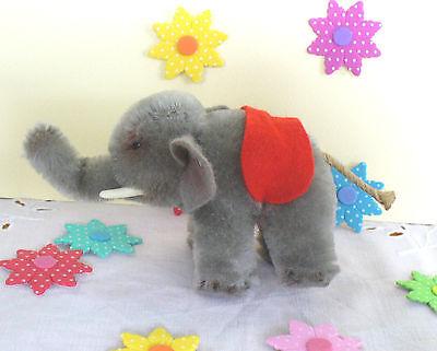 Wunderschöner, kleiner Steiff Elefant mit Knopf im Ohr, rote Satteldecke 10cm