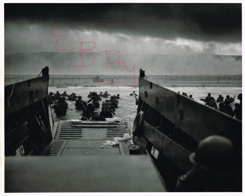 WWII GREAT ACTION 11X14 PHOTO OF NORMANDY US SOLDIERS LANDING BEACHES  D-DAY 6/6
