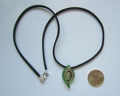 Cordón con colgante gota cristal espiral verde 27 mm negro suede 44...
