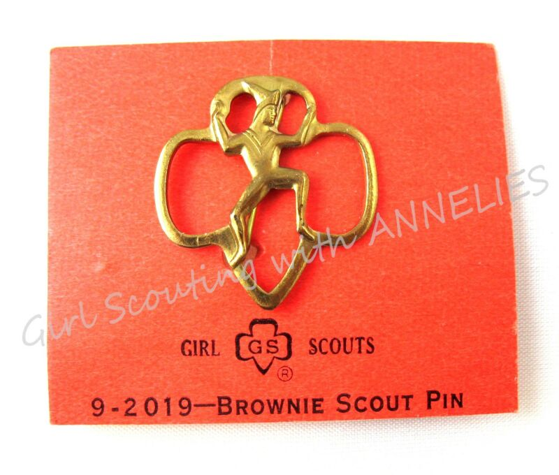 BROWNIE Girl Scout Membership PIN Mint on Original Card COLLECTOR GIFT