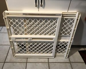 WHITE EXPANDABLE BABY/PET GATE.  Sppu