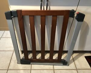 MUNCHKIN WOOD AND METAL BABY/PET GATE.  Sppu Thursday