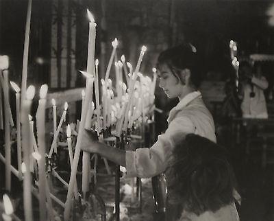Pan Walther: Kerzenlicht in der Kirche. Silbergelatine um 1962