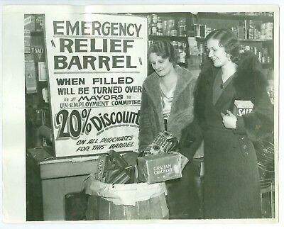 Nov 19 1931 2 Young Women Fill Great Depression Relief Barrel in Detroit (Young Women Stores)