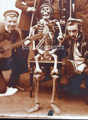 Altes Foto Studentika mit Skelett / Totenkopf um 1920