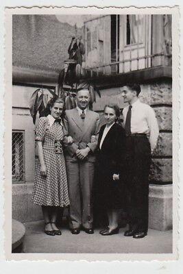 (F26118) Orig. Foto Personen stehen am Haus 1940/50er
