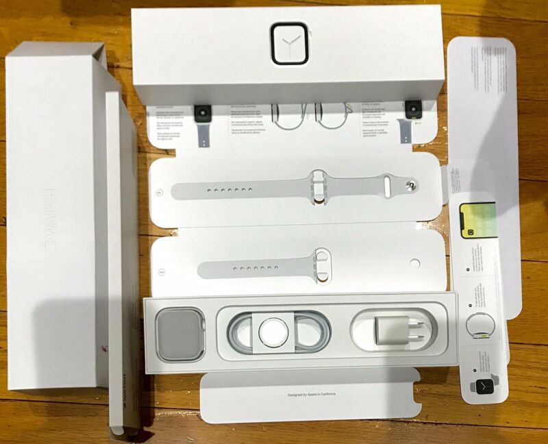 Apple Watch Series 4 BOX WITH ACCESSORIES (Watch Band, fabric protector, etc)