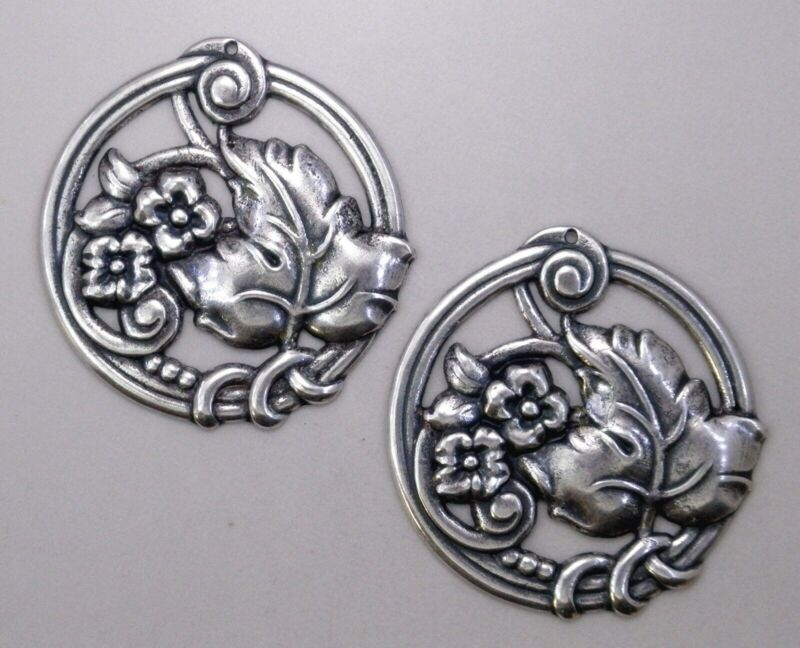 #0170 ANTIQUED SS/P ROUND FLOWER/LEAF DESIGN W/TOP HANG HOLE - 4 Pc Lot
