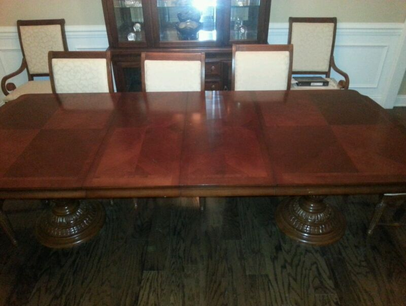 Beautiful Broyhill Dining Suite