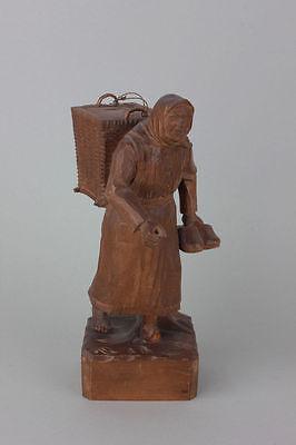 Bäuerin mit Rückentrage in der Hand Holzschuhe Holz-Skulptur