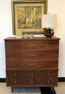 Beautiful Walnut **Mid-Century** Dresser